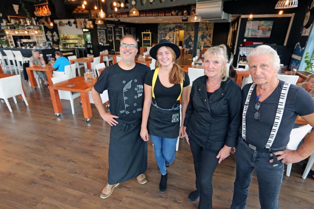 Een deel van het team van Brasserie De Zon, met rechts Peter Beentjes. <p>Foto: Theo Annes</p> © rodi