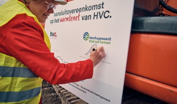 <p>Wethouder Annette Groot tekent als eerste de aansluitovereenkomst.</p>