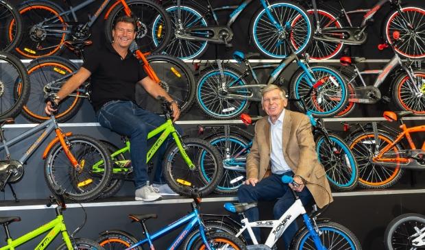 <p>Edwin Boelsz (links) en Leo Kubbinga tussen de fietsen in de showroom in Volendam.</p>