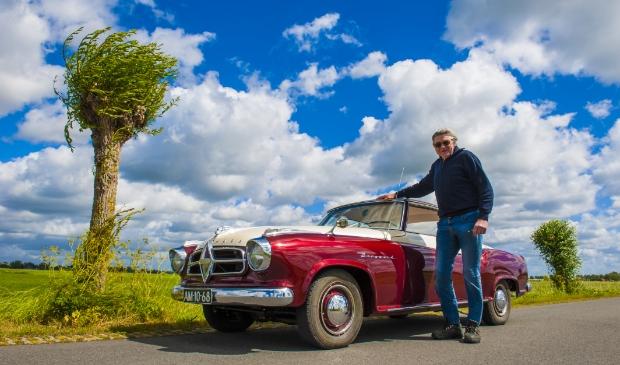 <p>Jan Sijtsma met zijn grote trots: de prachtige rood-beige Isabella coup&eacute;. </p>