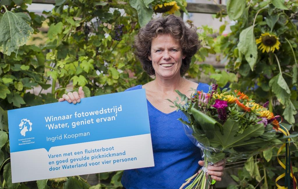 <p>Ingrid Koopman was blij en verrast: &Iuml;k win eigenlijk nooit iets&quot;.</p> (Foto: Harry Schuitemaker) © rodi