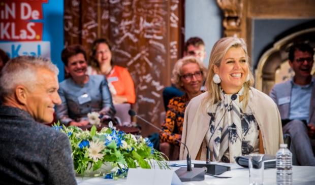 Hans Groot, algemeen directeur bij stichting Tabijn in gesprek met Koningin Máxima over muziekonderwijs