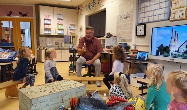 <p>Menno Twisk vorige week maandag op bezoek bij de leerlingen van juf Anja en juf Nelleke van de Erasmusschool in Alkmaar bij de start van hun museumthema.</p>