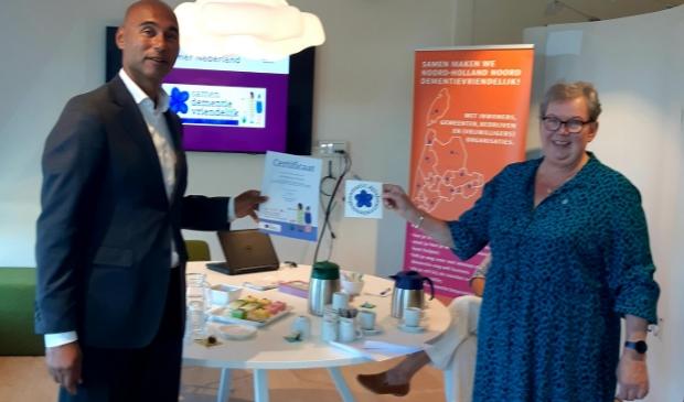 GGD-directeur Edward John Paulina ontvangt het certificaat uit handen van mevrouw Streefland-Du Mee van Alzheimer Nederland.