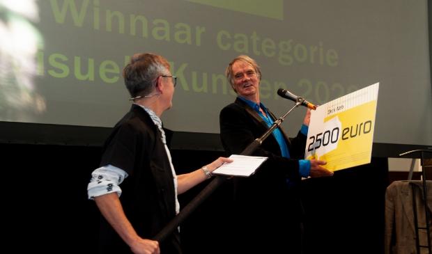 <p><strong>Dirck Nab ontvangt de Victoriefonds Cultuurprijs uit handen van juryvoorzitter en burgemeester van Heiloo Hans Romeyn.</strong> </p>