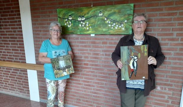 Liesbeth Ranzijn en Ans Vissermet hun schilderijen bij Magnushof