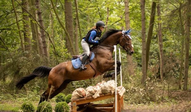 <p>Romy Huisman met haar paard Joep tijdens de oefencross in juni 2020.</p>