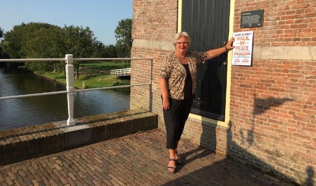 <p>Louise Kooiman bij waterpoort Oude Gouwsboom waar een gedicht over kindvluchtelingen wordt voorgelezen.</p>
