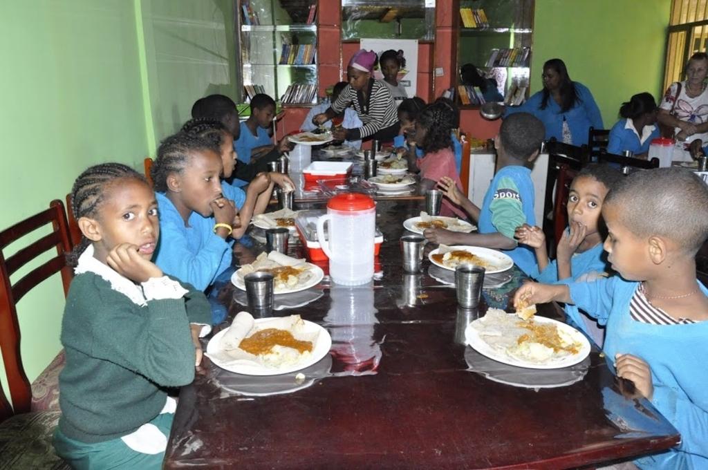 Basisschoolleerlingen krijgen een lunch. <p>(Foto: Castricum voor Ethiopi&euml;)</p> © rodi