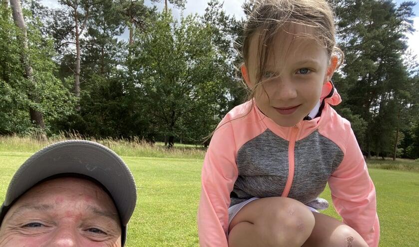 Evianne met haar vader Wouter. ,,Hij heeft een mooie swing maar moet nog iets beter draaien in zijn backswing.''