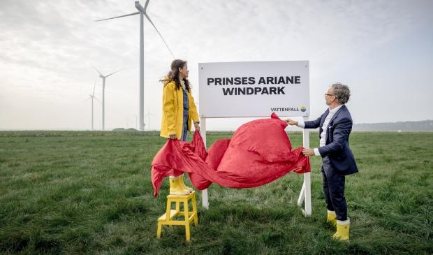 <p>De 13-jarige Indira en CEO Martijn Hagens openen het windpark.</p>