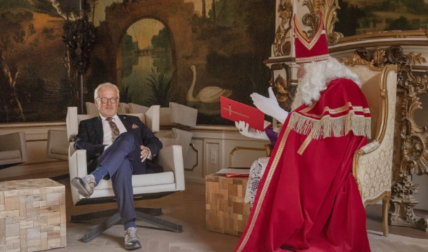 <p>Sinterklaas neemt afscheid van burgemeester Piet Bruinooge.</p>