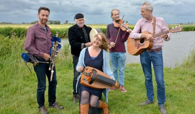 <p>Arthur and Friends presenteert akoestische Keltische folk in De Zuidervermaning Westzaan. De band bestaat uit (v.l.r.n.) Marco Baartse, Arthur Nieuwenhuis, Gitta Margaroli, Jochem Beltman en Nico Beltman.</p>
