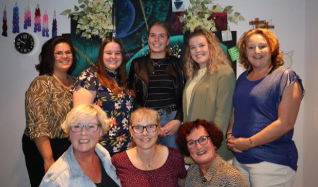 <p>Boven vlnr: Natalie Lodder (secretaris), Susan Beemsterboer (penningmeester), Sanne Winder (pr en sponsorcommissie), Rosalie Hink (pr, kap en grime), Bianca Limmen (pr en kledingcommissie). Zittend vlnr: Jolanda Floris (pr, rekwisieten en verlotingcommissie), Mariska Willems (productieleider en Yvette Hink (interim-voorzitter).</p>