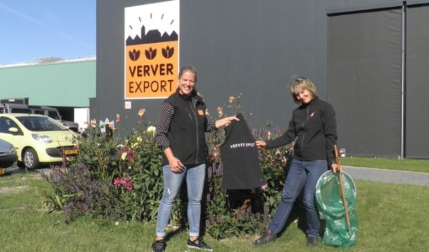 <p>Linda Tearr-Groot (l), verantwoordelijk voor de marketing bij Verver Export, overhandigt Sigrid haar bodywarmer. </p>