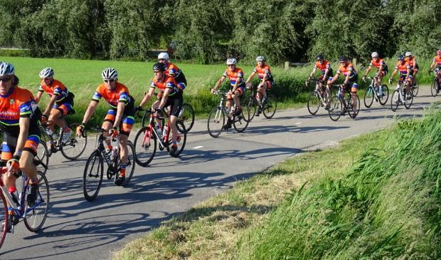 <p>Er wordt individueel of in groepjes gereden; zo kan iedereen in eigen tempo fietsen.</p>
