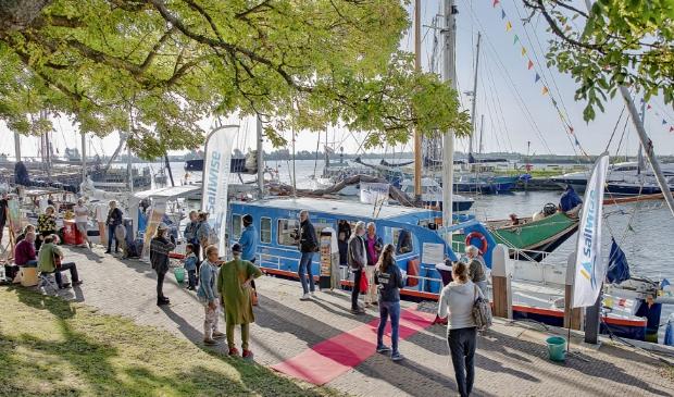 <p>Feest op de kade van Enkhuizen als de Beatrix vertrekt voor de volgende etappe van de SailWise zeil-10daagse.</p>