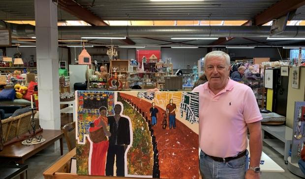 <p>Tim de heer laat zien wat er aan kunst te koop is in de kringloopwinkel.</p>
