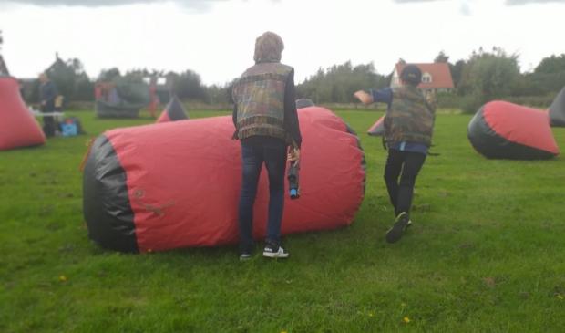 <p>Jongeren bezig met Lasertag op het evenemententerrein aan de Roemersdijk.</p>