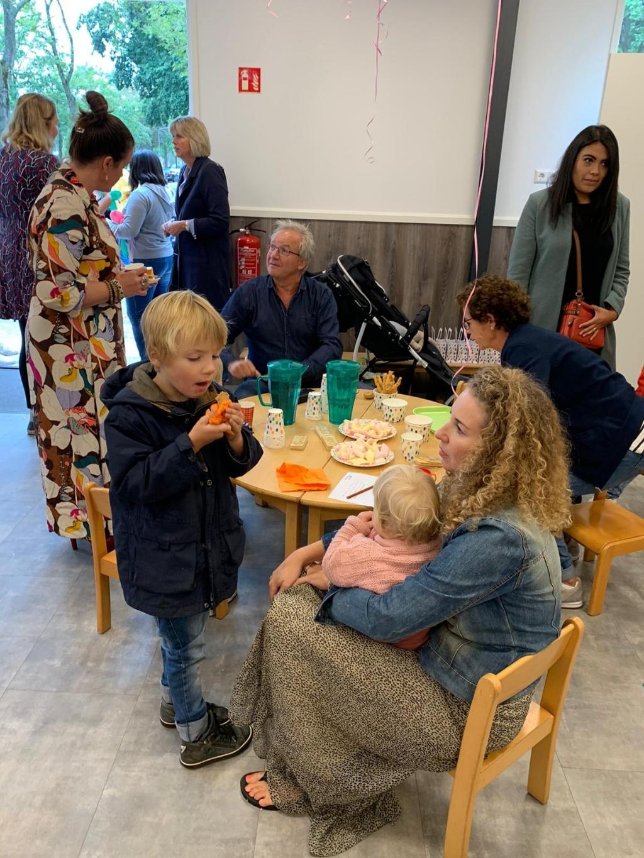 Feestelijke opening Peutercafé met wethouder Ron de Haan. (Foto: Yvette van der Does) © rodi