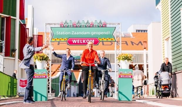 <p><em>Van links naar rechts: Joeri Kaan (stationsmanager NS), Harro Homan (ProRail-regiodirecteur), Irma Winkenius (Regiodirecteur NS) en Gerard Slegers (Portefeuillehouder Vervoerregio Amsterdam en wethouder Mobiliteit)</em> </p>