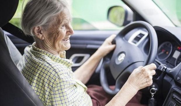 <p>Oudere automobilisten dienen zich te laten herkeuren.</p>