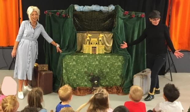 Het jubileum van juf Tineke werd onder meer gevierd met een optreden van poppentheater Belletje Sterk.