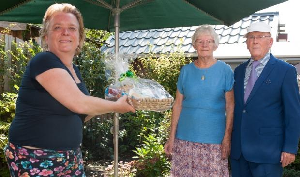 <p>Esther Lagendijk overhandigt echtpaar Zwol een cadeau namens het stadsdeel.</p>