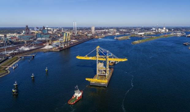 <p>Foto van het transport van de nieuwe loskraan naar Tata Steel in IJmuiden.