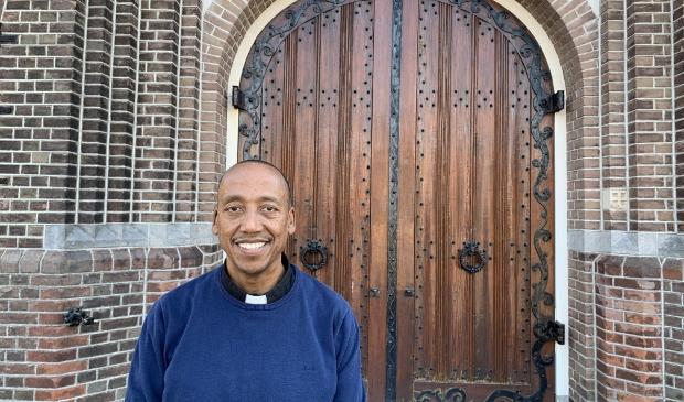 <p>Pastoor Kaleab Masresha Shiferaw voor de toegang van de St Pancratiuskerk in Castricum.</p> <p>Foto: Yvette van der Does/Rodi Media</p> © rodi