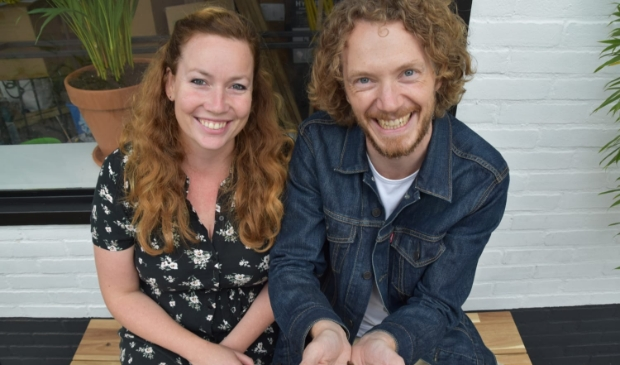 <p>Melanie Aardenburg en Vincent Erlings voor hun koffiebar.</p>