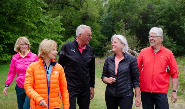 <p>Sportende ouderen in de buitenlucht maken ook plezier.</p>