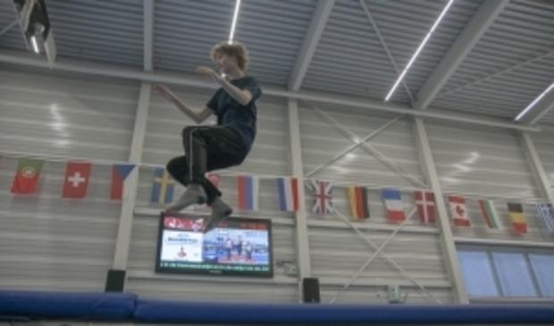 <p>Jongen maakt hoge sprong op trampoline tijdens VakantieFUN.</p>