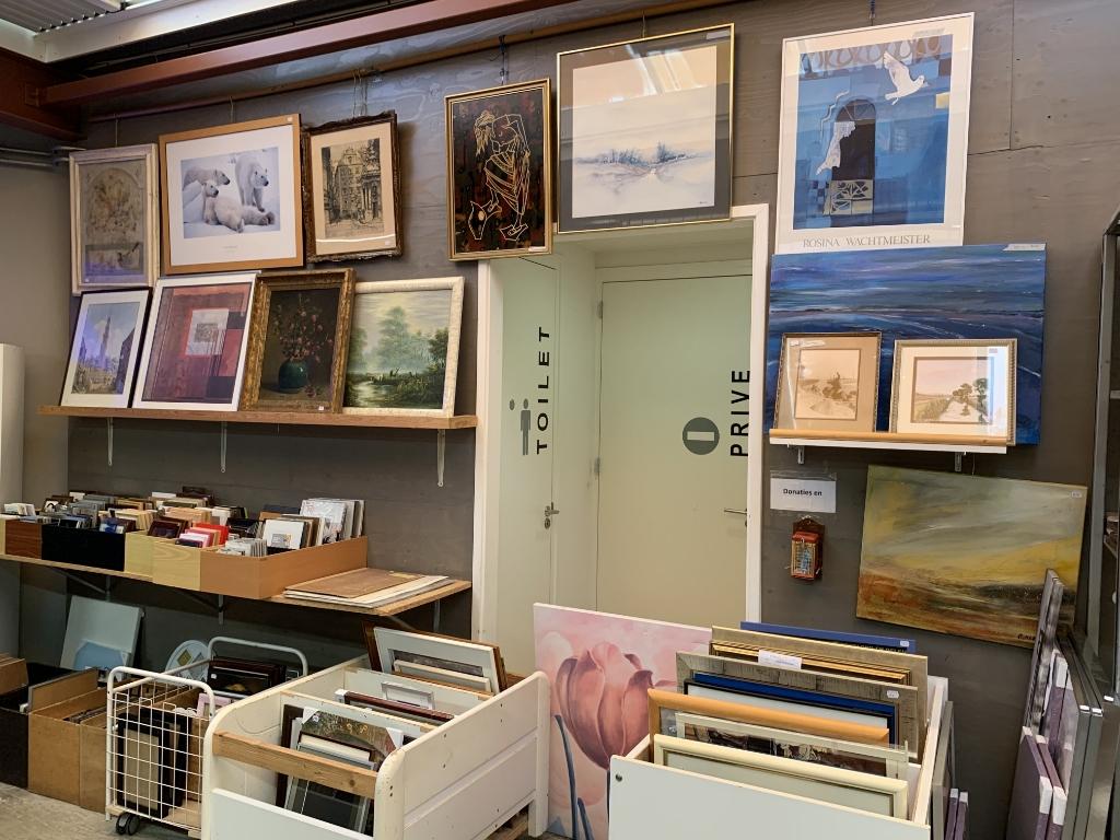 <p>Allerlei kunst te koop bij Muttathara.</p> <p>(Foto: Yvette van der Does)</p> © rodi