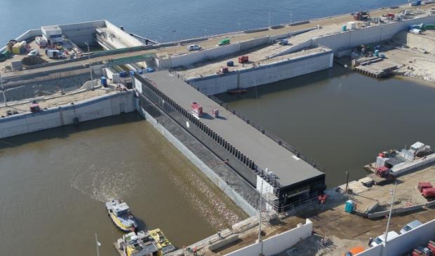 <p>De eerste sluisdeur van de nieuwe zeesluis ligt op zijn plaats.</p>