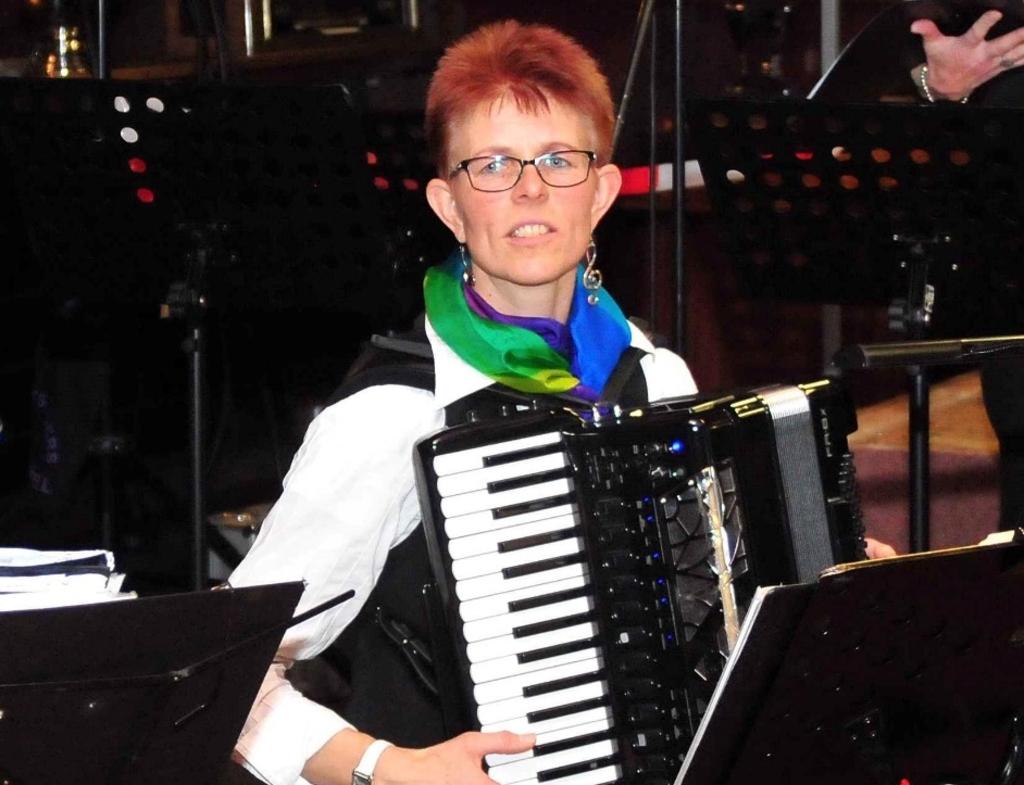 Simone Beerepoot-Bleeker vermaakt de aanwezigen op haar accordeon.