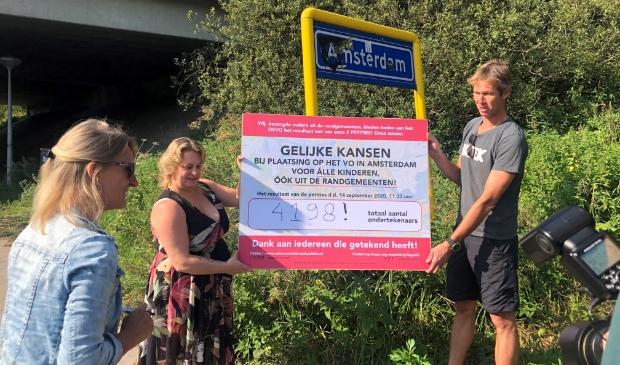 <p>De petitie is symbolisch op de grens tussen Landsmeer en Amsterdam overhandigd.</p>