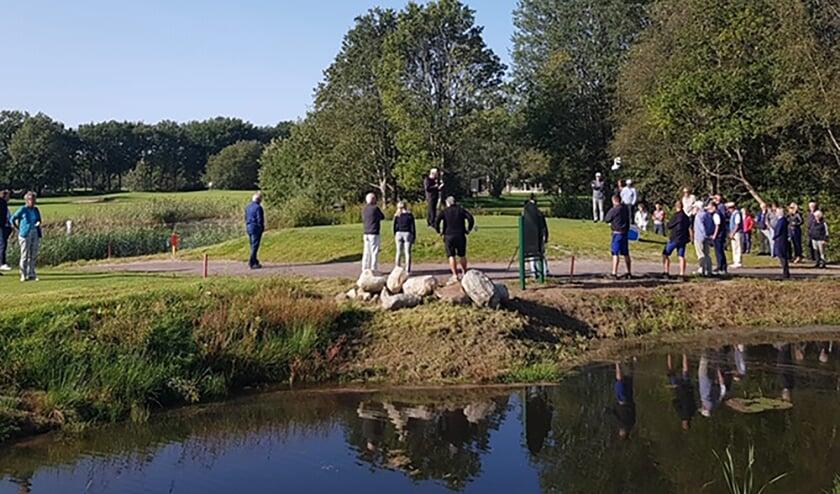 De zestiende hole van Havelte wordt weer heropend onder toeziend oog van de leden.