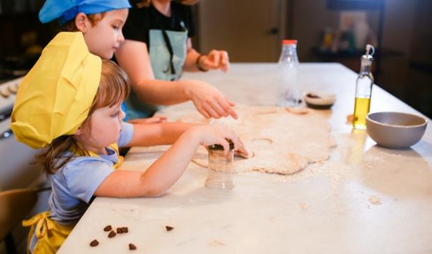 <p>Lockdown-tip: betrek je kinderen bij het koken en bakken!</p>