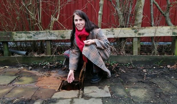 <p>Eva Meijer heeft al vele padden, kikkers en salamanders uit putten gehaald.</p>
