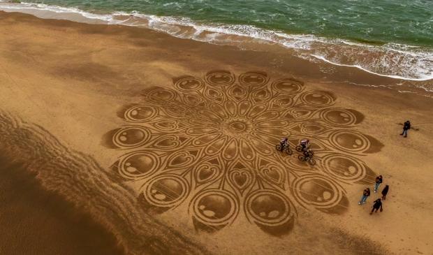 <p>Dutch Beach Art op het strand van Castricum aan Zee. Kunstenaar Tim Hoekstra maakte de foto met een Drone: &quot;Alles in het leven is tijdelijk.&quot;</p>
