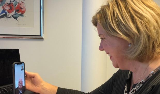<p>Burgemeester Bonsen videobelt met Vrijwilliger van het Jaar Gerrit Bakkum uit Obdam.&nbsp;</p>