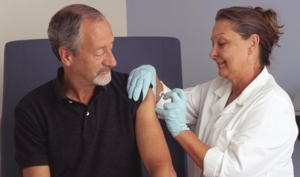 <p>Weet u het nog? Zo hoort vaccineren te kunnen, zonder mondkapjes.... Eerst voorwaarde nu is dat de mensen die het vaccin toedienen zelf gevaccineerd zijn. &nbsp;</p>