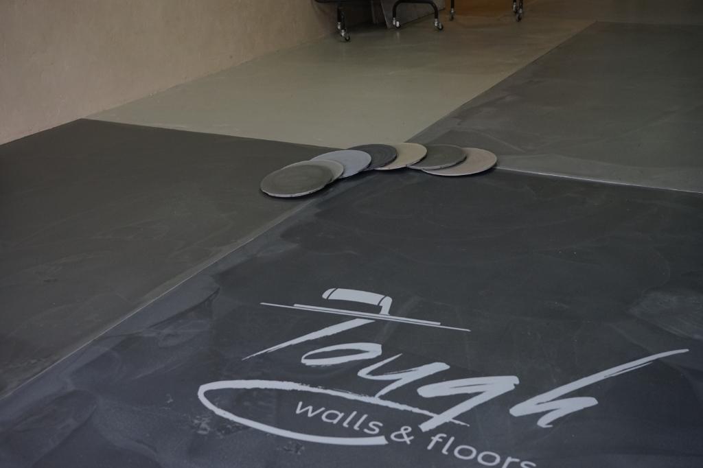 <p>In de showroom van Kees en Sem zijn alle betonlook vloeren in het echt te bekijken.&nbsp;</p> ((Foto: aangeleverd)) © rodi