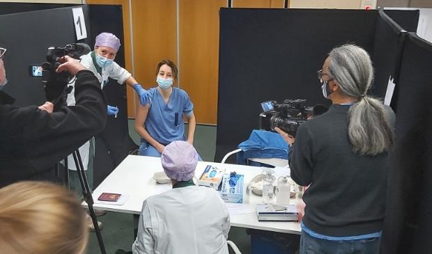 <p>Internist-intensivist Evelien de Jong is de eerste van het RKZ die gevaccineerd wordt. De pers kijkt mee.</p>