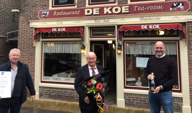 """<p pstyle=""""PLAT"""">Op de foto v.l.n.r. Voorzitter KHN Edam-Volendam Jan Zwarthoed, eigenaar Piet Jonk en KHN-regiomanager Ivo Berkhoff</p>"""