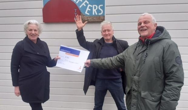 <p>Riekje Meij overhandigt de cheque aan voorzitter Rob Damen en penningmeester Chock Otten</p>