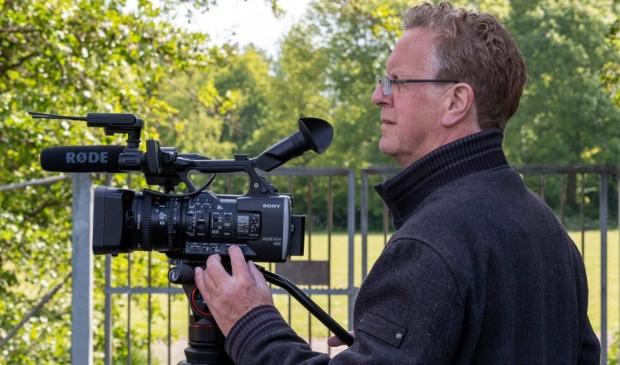 <p>Theo Annes achter zijn camera.</p>
