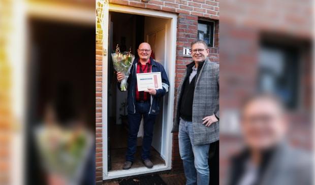<p>Willem Kluft (r) verrast - op uitnodiging van de KNVB -&nbsp; Gerrit Visser.</p>