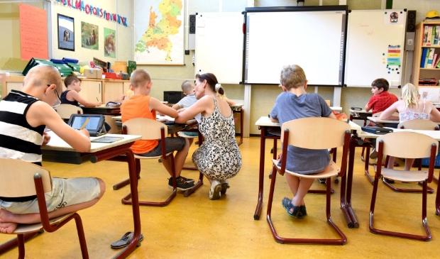 Groep 7 van de basschool krijgt weer les van de juf op school.